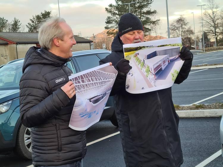 Daglig leder og styreleder presenterer Slåtthaug Arena for Byrådslederen med følge